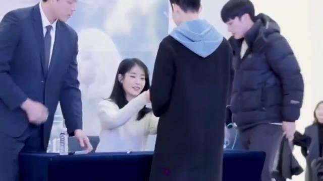 iu被男粉丝拒绝握手 这小表情,太可爱了