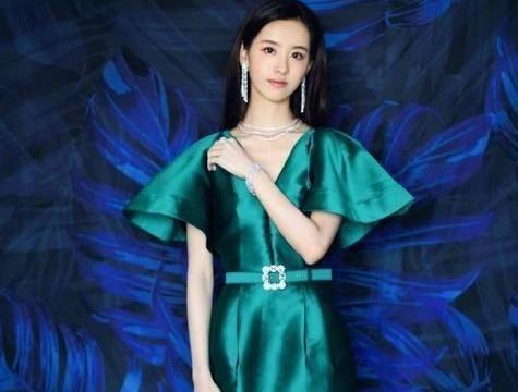 本以为陈都灵的礼服正面就够招摇了,当她转身后,更让人心跳加快