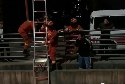 上饶万年一司机开车不慎驶入排水通道,消防紧急救援!
