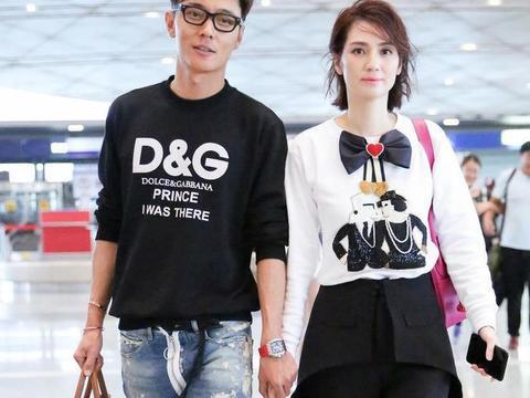 洪欣夫妇合体走机场,穿蝴蝶结卫衣好减龄,皮肤嫩滑看不出年龄差