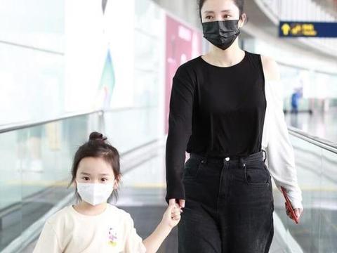 """董璇这女儿梳""""同款头""""出镜,穿黑衣服""""补半边""""白袖子,真时髦"""