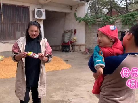 丹丹在家里给瓜瓜包菜饺子,刚好被姨父撞见,不干活丹丹就不让吃