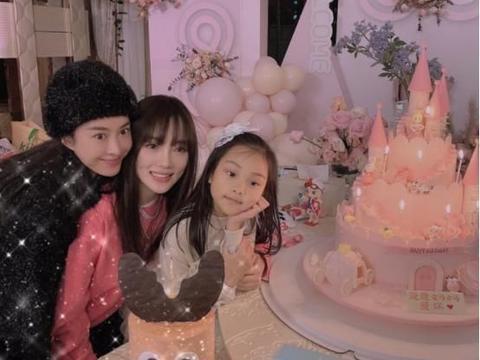 李小璐与贾乃亮已复婚?女儿甜馨生日蛋糕上显端倪
