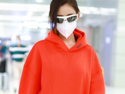 张天爱开始走少女路线,红色卫衣搭配黑色短裤,让纤细身材更有型