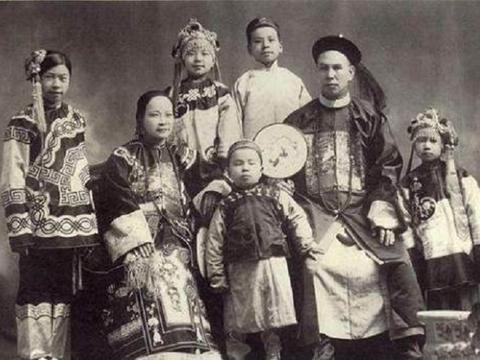 清朝官员上朝时是啥样的?个个威风凛凛,和珅的真实容貌堪称美男