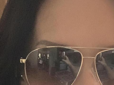 英国女子独自在家戴墨镜玩自拍,看到照片中的一幕被吓坏