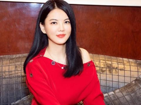 """李湘是真会穿,红上衣配黑裙""""多肉""""身材也显瘦,一点没臃肿感"""