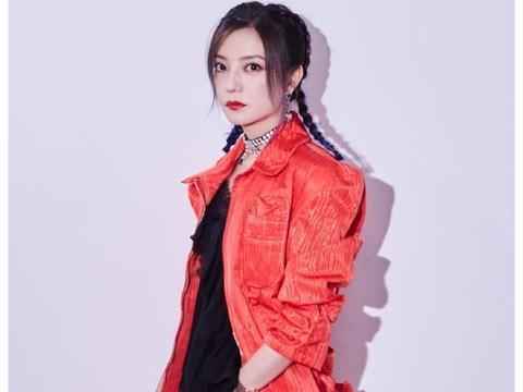 """44岁赵薇成功扮少女,工装造型配拳击辫,还把自己穿成""""橙子精"""""""