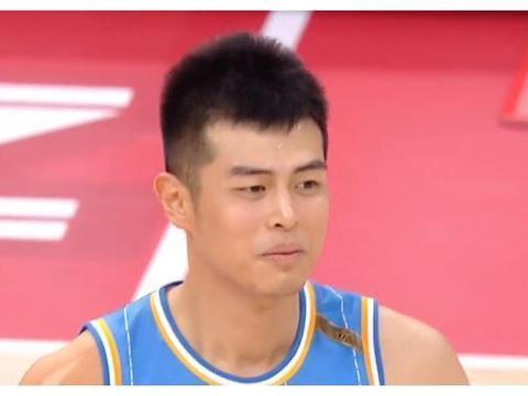 CBA排行乱了!黑马4连胜高居榜首,北京完成16分逆转,上海饮恨