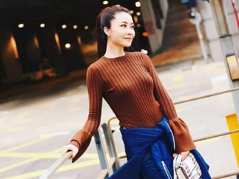 熊黛林的身材真出彩,简约的打底衫搭配牛仔裤,也能穿出女人味