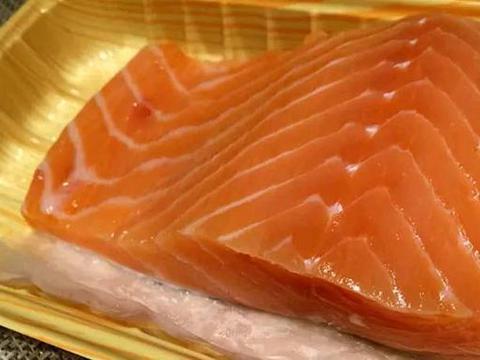日本大胃王吃超大块三文鱼生鱼片,一口一大块,网友:很过瘾