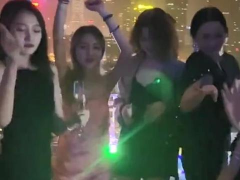 关晓彤生日派对上放飞,穿吊带配黑袜蹦迪,23岁变夜店女王?