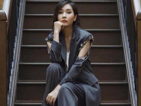 杨恭如保养的真不错,休闲装也能穿出高级感,服装随便气质却不老