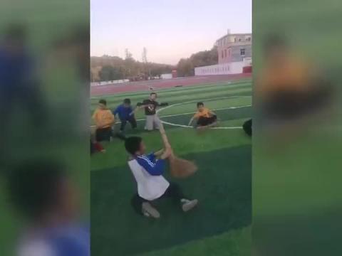 酷!小学体育课变军事战术课 老师:学生们练得都不想下课