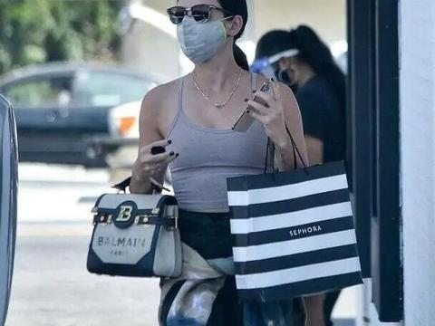 路西·海尔逛街购物,吊带搭配紧身裤,戴口罩墨镜包裹严实