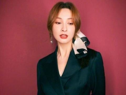 37岁的吴昕逆袭了,一身黑色V领连衣裙,成熟知性气息十足