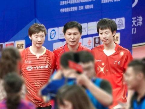 除了反手技术好,王曼昱的正手进攻,也很有特色