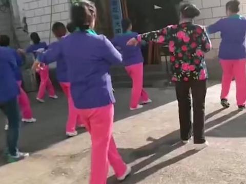 大妈们在办理丧事的灵堂前,跳起了广场舞,音乐播放的很喜庆