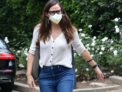 詹妮弗·加纳穿白色上衣搭牛仔裤休闲十足,长发披肩女人味十足!