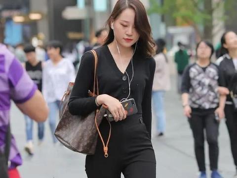 秋日周末通勤风出门,V领针织衫+高腰阔腿裤,轻松塑造时尚造型
