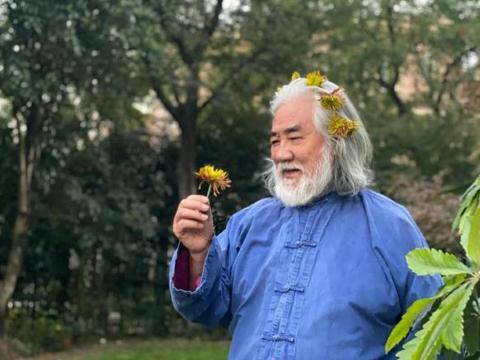 张纪中重阳节携妻登高,被杜星霖插满头菊花,笑容慈祥境界高