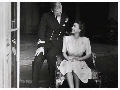 梅根哈里新官方照:是在模仿女王与菲利普亲王,梅根比哈里强势
