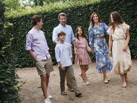 丹麦王妃与家人出游,蓝色海洋连衣裙优雅知性,一家子颜值都超高