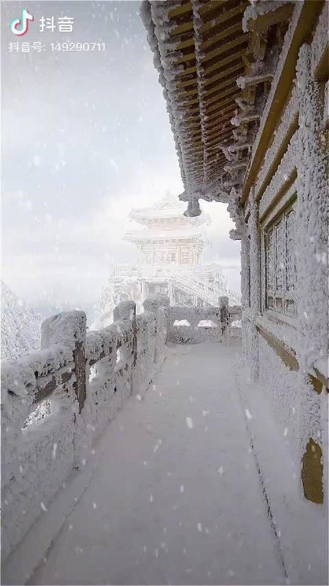 下雪天的老君山,这也太像仙境了吧~ 网友:里面有没有住着神仙?