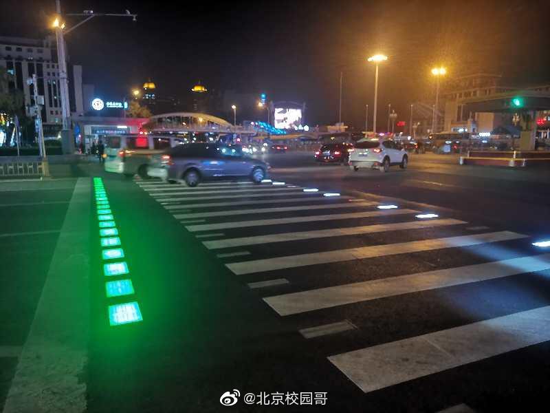 """北京这个路口,人行横道上铺了""""霓虹灯""""!"""