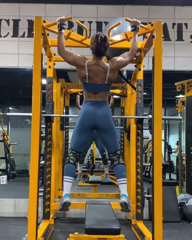 小姐姐的引体向上训练,你的背部轮廓有她清晰吗? cr:健身男士