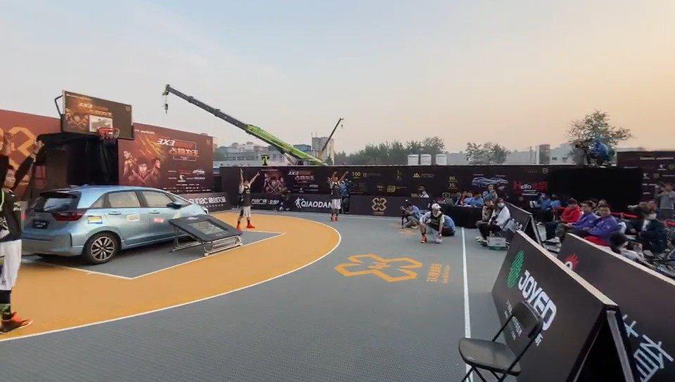 北京站飞车扣篮环节,开吊车的大哥找到了最佳观赏角度