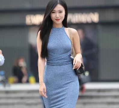蓝色挂脖连体裙搭配黑色包包,贴身舒适,玲珑有致