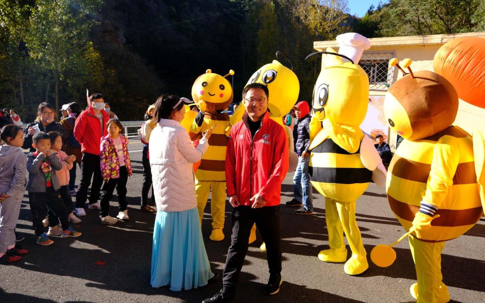 现场一些蜜蜂的卡通形象吸引了孩子们的围观。新京报记者 王巍 摄