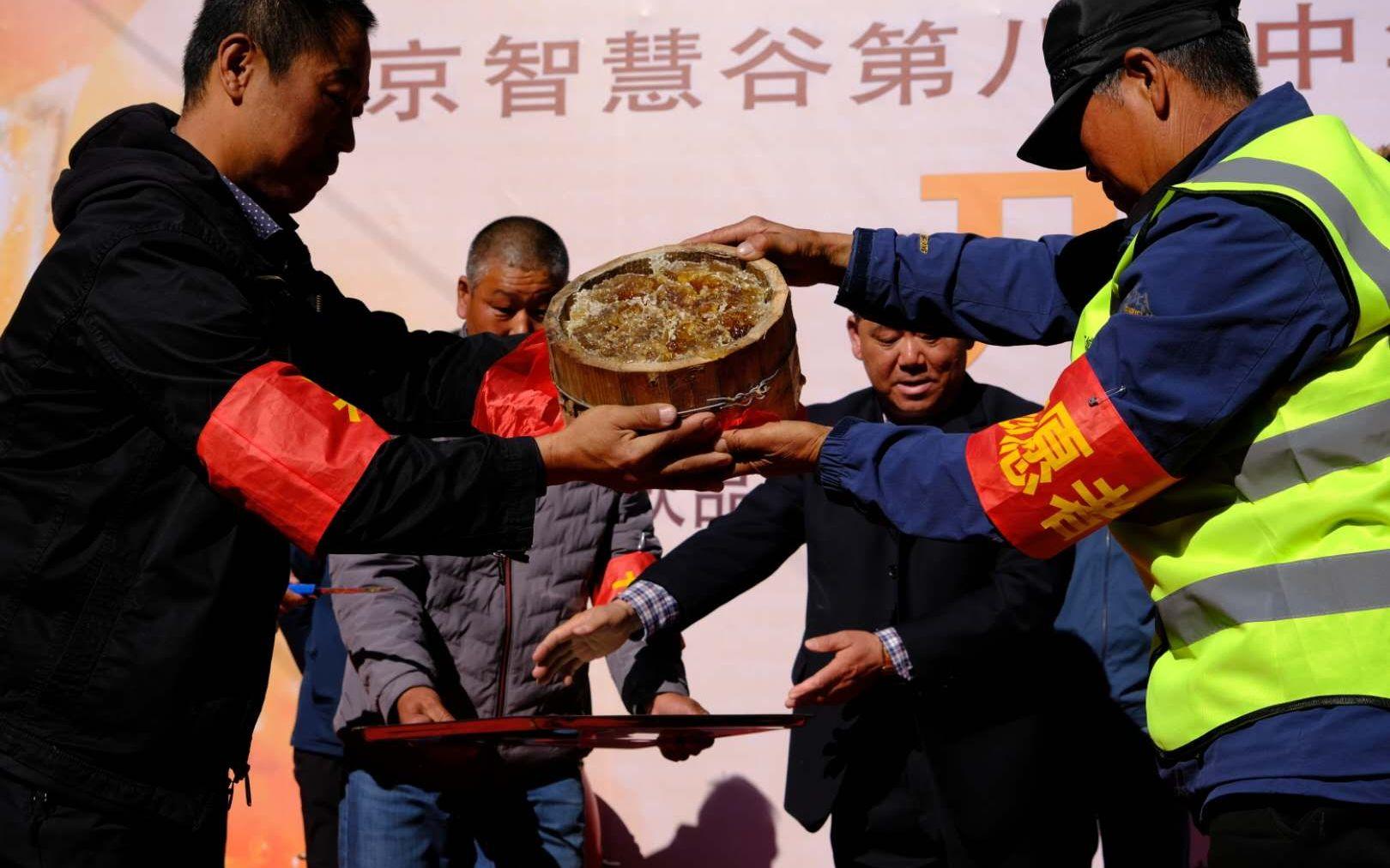 开幕式上蜂农在展示本年初次割下的蜂蜜。新京报记者 王巍 摄