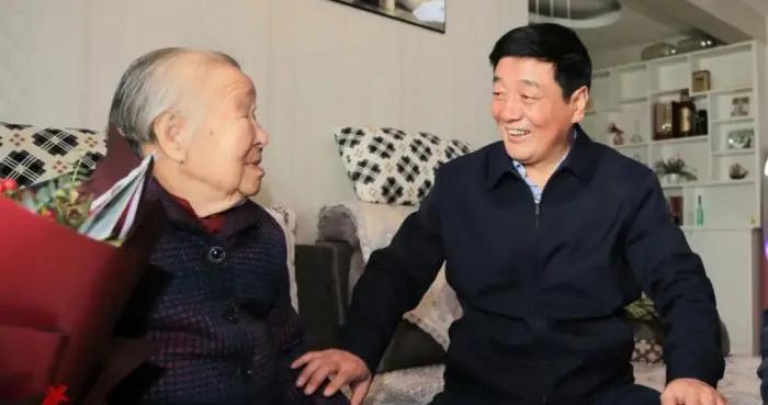 咸阳市领导重阳节前走访慰问老年人