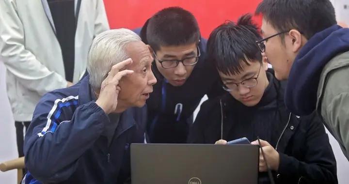 西安交大社团有个空巢部 大学生每周为老人培训智能手机