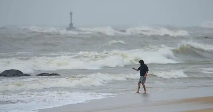 海南琼海:台风逼近 波浪翻滚