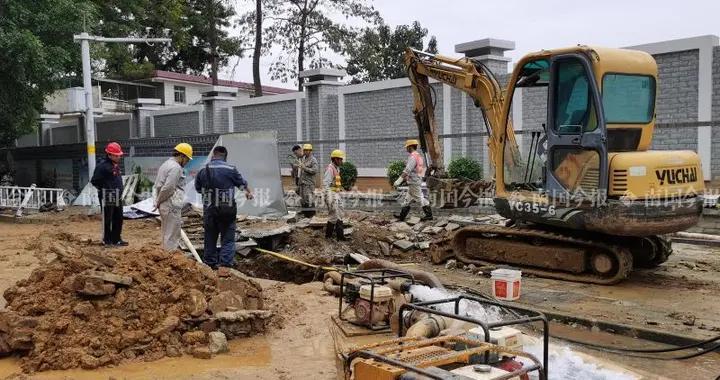 """直径1.2米主水管爆管,航银路今晨变""""汪洋"""""""