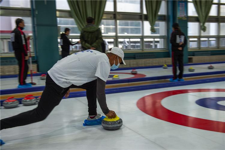 秦皇岛市第二届冰雪运动会陆地冰壶比赛举行