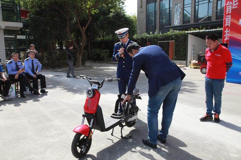 """电动自行车电池过充瞬间爆炸,火苗窜起两米高,别让助动车变成""""炸弹"""""""