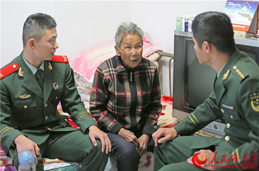 重阳敬老 武警官兵聆听抗美援朝老兵讲述战斗故事