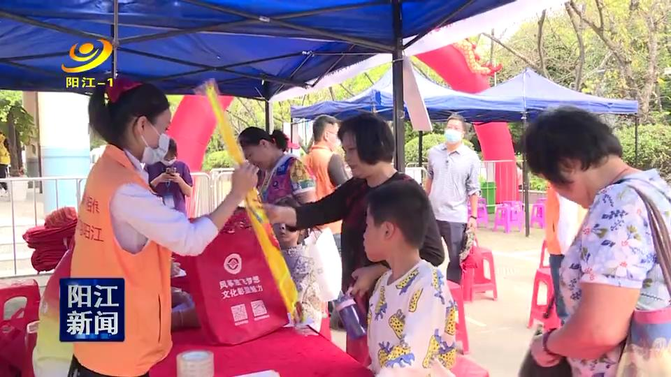 阳江:重阳佳节 老人现场免费领取风筝