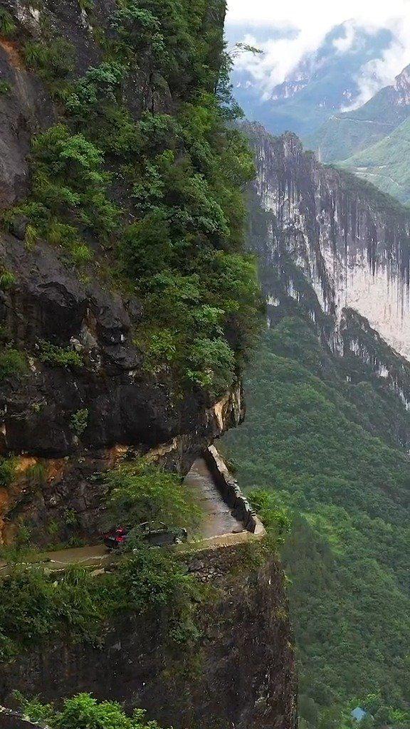 重庆悬崖绝壁上的一条挂壁公路