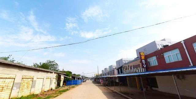 武汉郊区最具人气大学后街:三所高校共用,遍布小商铺充满乡镇风