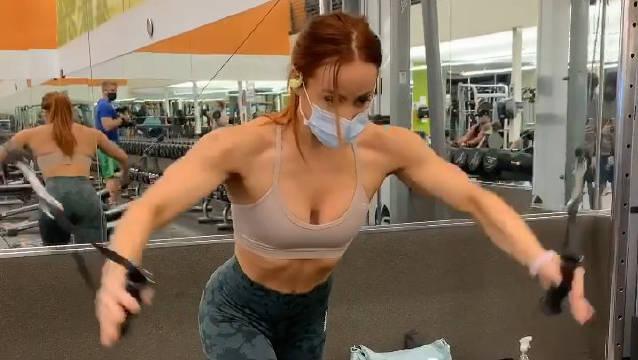 Good morning! Lauren Findly — 绳索十字交叉、 胸部训练动作