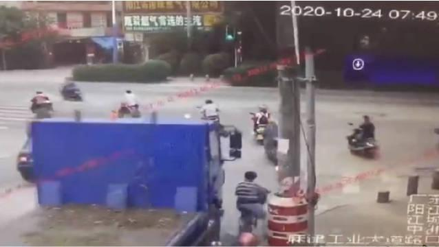 后续:广东阳江,司机驾驶一辆重型自卸货车在路口右转弯时……