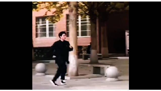 胡先煦现身燕京理工大学,人气太火爆被一群女生追着跑……