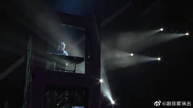 重温周杰伦演唱会现场版《不能说的秘密》……