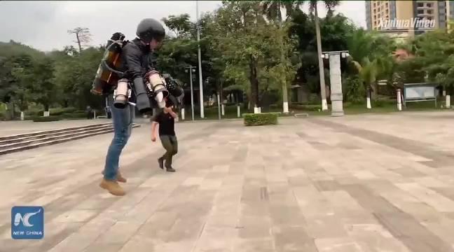"""新华社报道了中国版的钢铁侠,34岁的刘东升开发的""""飞行背包""""……"""