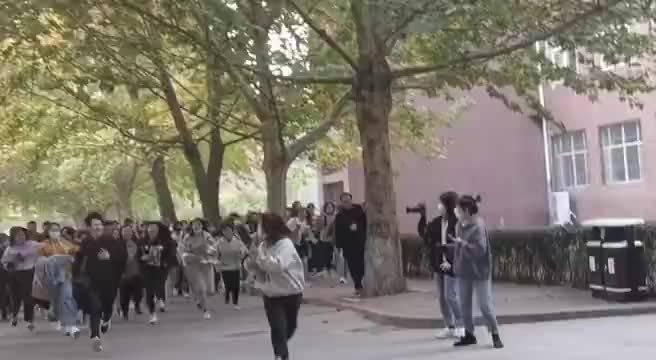 昨天胡先煦现身燕京理工大学,因人气太火爆被一群女生追着跑……